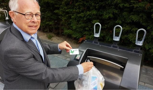 Wethouder Henk Kielman met afvalinzameling in portefeuille geeft het voorbeeld.