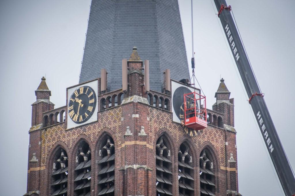 Voorzichtig komt het loodzware uurwerk los van de toren.  © Minerve Pers