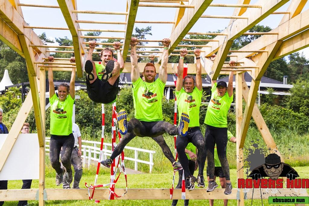 Een team in actie op een van de obstakels bij de Rovers Run  © Minerve Pers