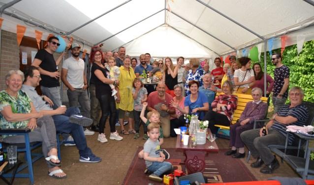 Bewoners van de twaalf huizen aan de honderdjarige Loolaan bijeen tijdens een gezellige feestmiddag.