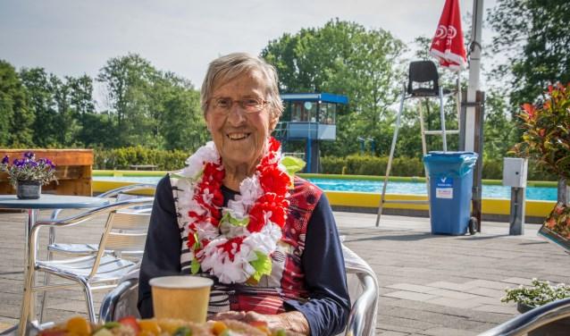 De 90-jarige Klazien Verbeek zwemt al 40 jaar, en gaat nog even door.