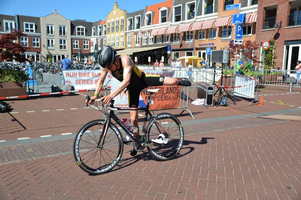 Op het Ouwe Raedthuysplein wordt gewisseld van lopen naar fietsen.  © Minerve Pers