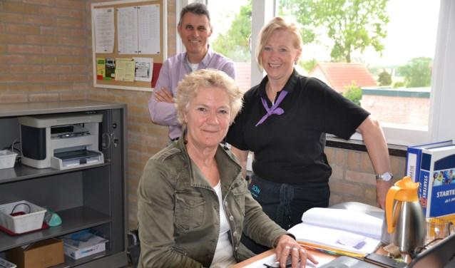Ria de Bruijn (voor) en Ad de Bruijn met een medewerkster van de Colweghe in het nieuwe Plusbus-kantoor.