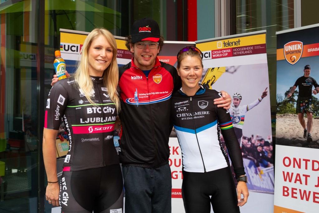 Samen met Monique van de Ree en Thalita de Jong op de foto.  © Minerve Pers