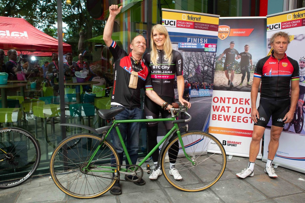 Niet alleen met Monique van de Ree op de foto, maar ook met de fiets.  © Minerve Pers