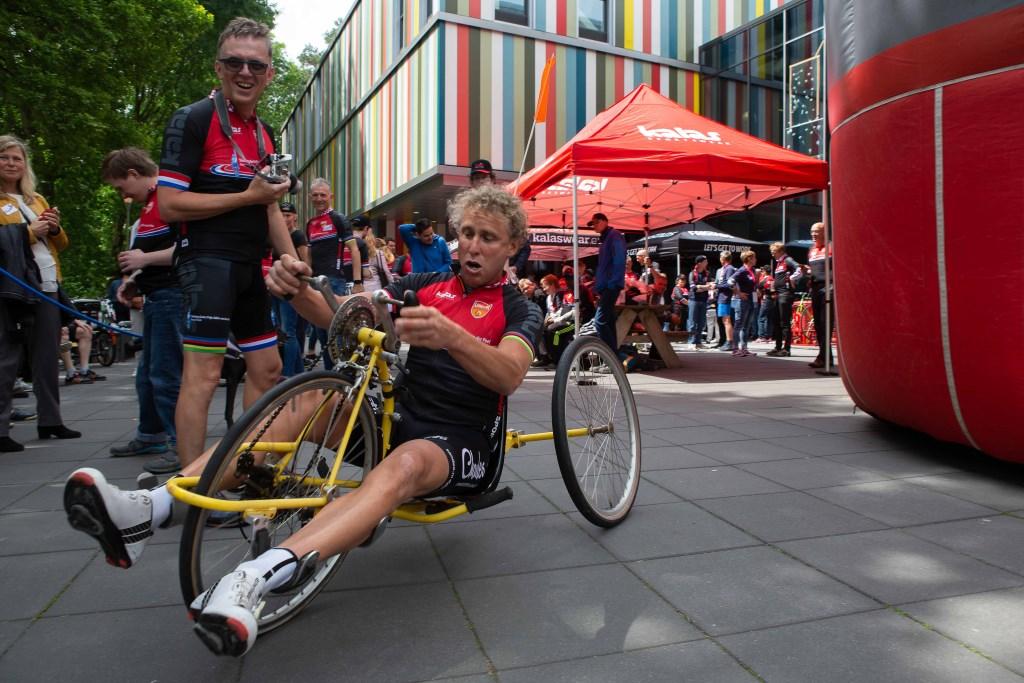 Michael Boogerd wilde wel eens een aangepaste fiets proberen en dat viel niet echt mee.  © Minerve Pers