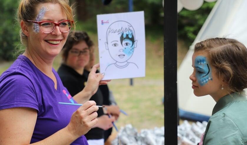 Kinderen schminken was een van de activiteiten tijdens de open dag bij Paasheuvelgroep in Calfven.