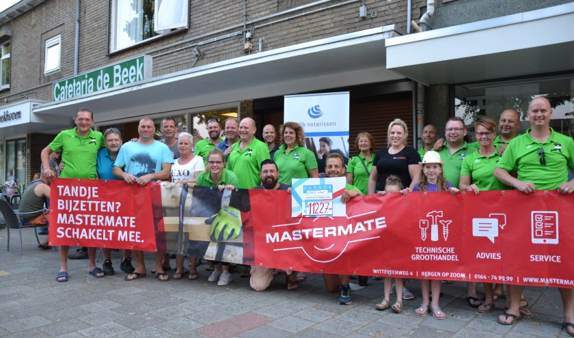 leden van comité Doorkomst de Beek samen met Roparunteam 227 De Brabantse Wal bij de cheque-uitreiking.