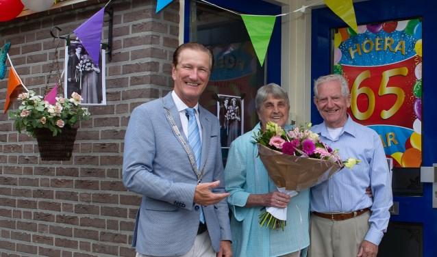 Loco-burgemeester Hans de Waal kwam het bruidspaar persoonlijk feliciteren. Foto:  © Minerve Pers