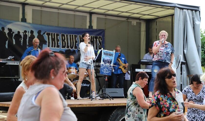 Optredens van coverband The Blue Nights nodigen uit tot enthousiasme onder publiek zoals hier in Lepelstraat.
