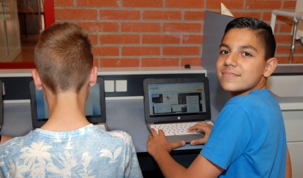 Leerlingen van het UC vmbo aan het werk met hun eigen digitale device.