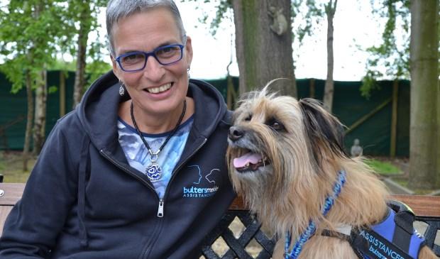 Helma Verhoeven en haar 'assistentiehond' Banios. (foto: IrisManon Verhoeven)