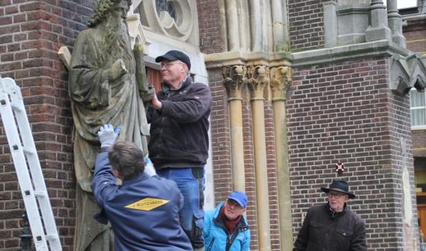 Koen van Velzen is bezig met het loswrikken van Mozes. Mari van Asseldonk en André Velthausz kijken gespannen toe (Foto's: Ties van Dooren).