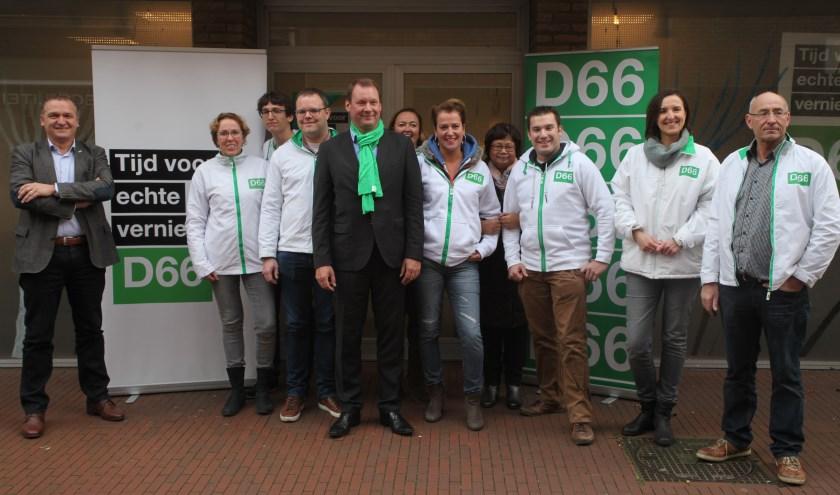 Europarlementariër Van Miltenburg poseert samen met de plaatselijke afdeling van D66 (Foto's Peter Kuijpers).