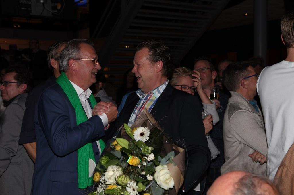 Jan Goijaarts en Eus Witlox schudden elkaar lachend de hand.  © Kliknieuws Veghel