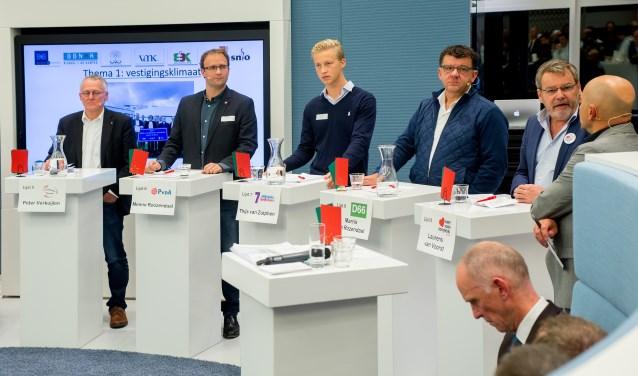 Lijsttrekkers in debat onder toeziend oog ondernemend Veghel (foto's Margot van Kleef).