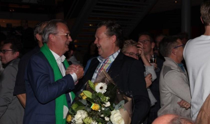 Jan Goijaarts en Eus Witlox schudden elkaar lachend de hand. (Foto: Peter Kuijpers)
