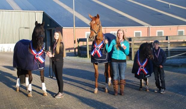 V.l.n.r. Elja met haar pony Jango, Nicky met haar paard Zinedine en Thomas met zijn pony Saba.