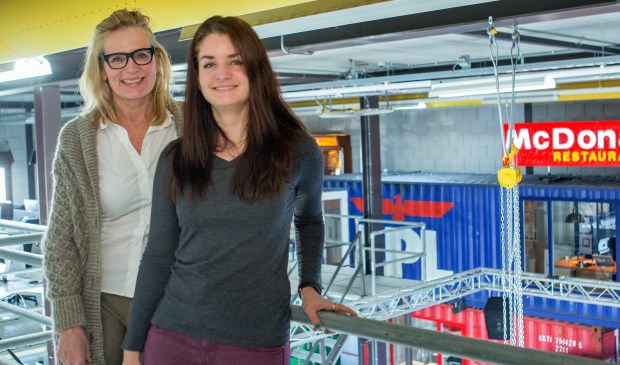 Ellen Minkels (L) en Jennifer Luttikhuizen (R) zijn op dit moment waanzinnig druk met de voorbereidingen voor TEDxVeghel (Foto: Margot van Kleef).