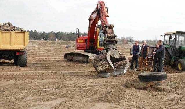 Graafmachines zijn al druk met de renovatie van het circuit. Leden van de Stichting SRMV, (v.l.n.r.) voorzitter Jac Maas, secretaris Peter van Hinthem en de bestuursleden Pedro Langens en Gerald Baaijens, kijken toe.