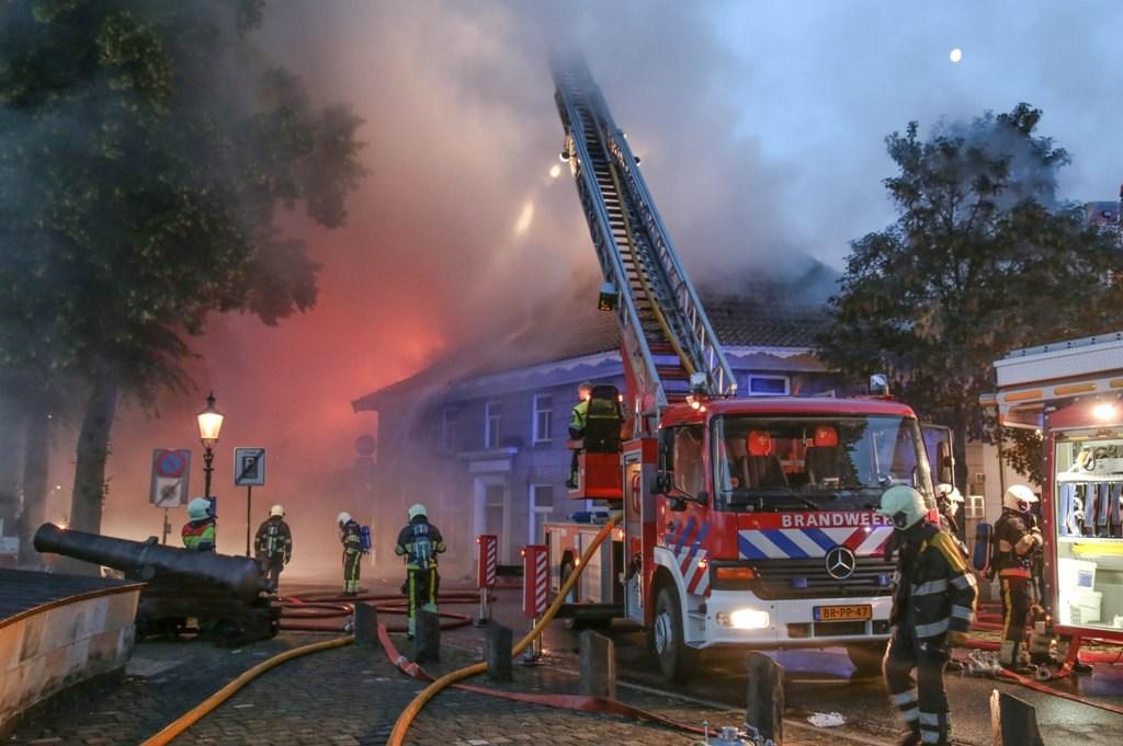 Zeer grote brand Maasdijk Ravenstein ( Foto's : Maickel Keijzers / HendriksMultimedia )  © Kliknieuws Oss