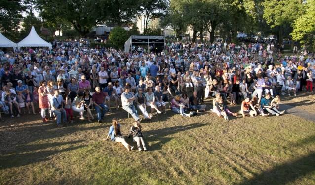 Veel buitenlandse bands in het Julianapark.