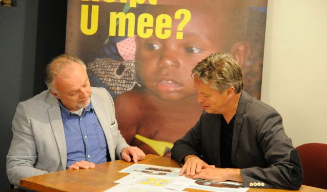 Rob Honings (Lionsclub Land van Cuijk en Noord Limburg) en Hans Baltussen (Passion for People) in overleg. (foto: Ingrid Driessen)