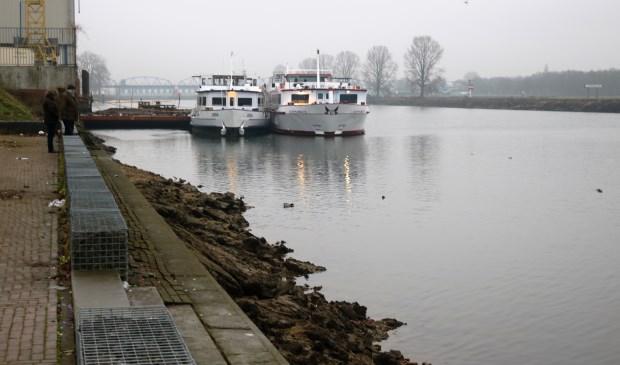 Het waterpeil van de Maas bij Grave is lichtjes aan het stijgen. (foto: Annelies Graafsma)