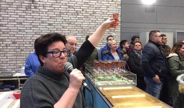 Directrice Ellen Vos heft het glas.