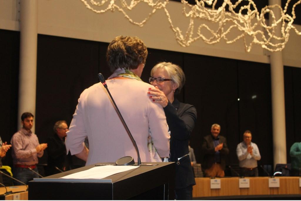 Burgemeester Wobine Buijs-Glaudemans feliciteert Annemieke van de Ven.  © Kliknieuws Veghel