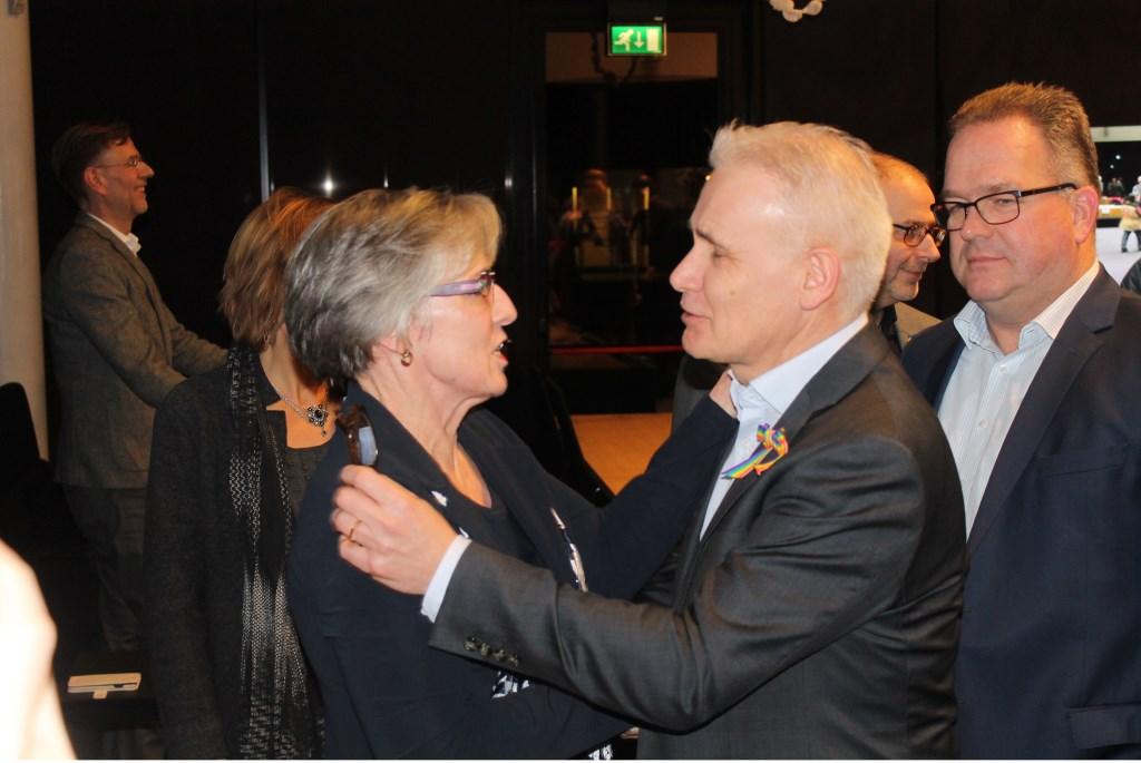 Wethouder Kees van Geffen feliciteert Annemieke van de Ven.  © Kliknieuws Veghel