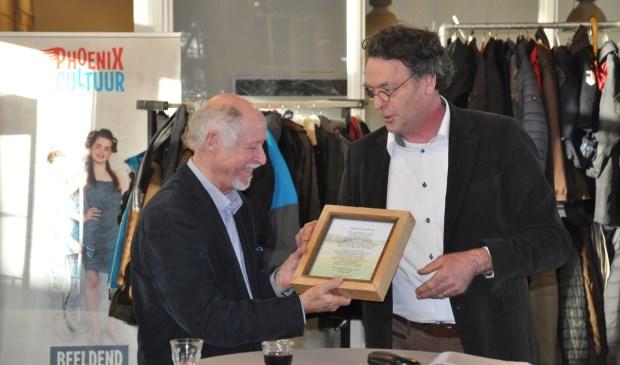 Guus Versteegh (L) en Bernard Vissers (R) tijdens de opening van de nieuwe expositieruimte.