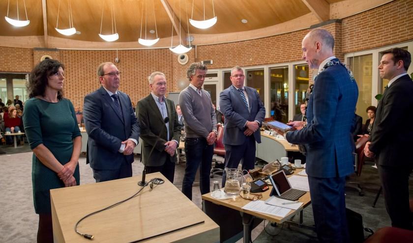 Burgemeester Marcel Fränzel installeert de nieuwe raadsleden (foto's Margot van Kleef).