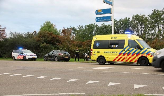 De aan de zijkant beschadigde auto, met ernaast de motor die de schade veroorzaakte. Foto: SK-Media