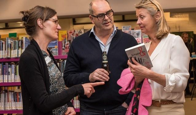 De Cuijkse schrijfster Cobi van Baars (links) praat met geïnteresseerden tijdens de eerste Avond van de Regioschrijver, 31 maart in Cuijk.