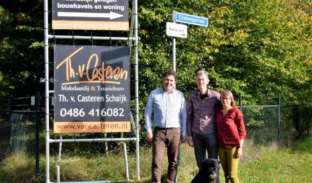 Marcel van den Akker en Vera van Els (rechts) bij het 'te koop-bord' in Langenboom.