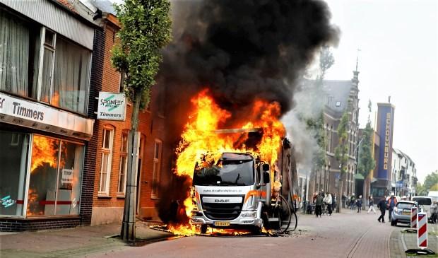 De vrachtwagen staat op de Grotestraat in lichterlaaie. De brandweer is dan nog niet gearriveerd. Foto: SK-Media