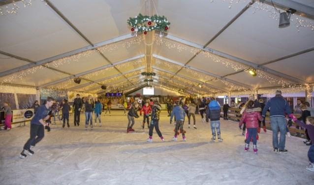 De Boxmeerse ijsbaan in vol bedrijf.