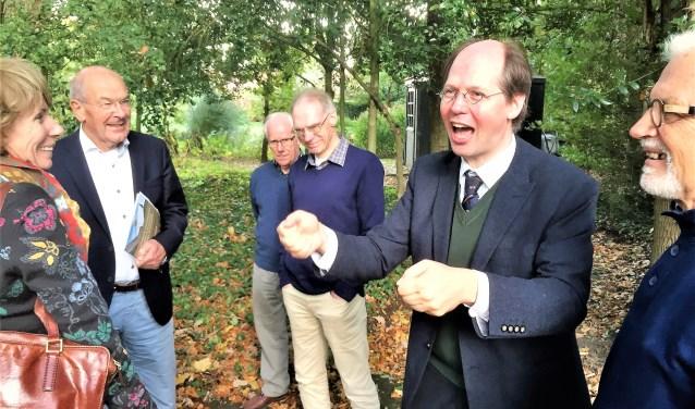Sybrand Buve legt in de tuin van Klooster Elsendael enthousiast uit waarom de GGU in Boxmeer moet komen.