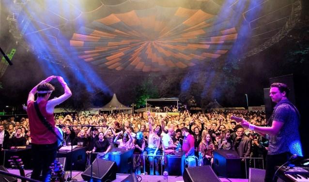 De tribute-versie van Dire Straits sloot in augustus Muziekpark in het Weijerpark af. Foto: Ellis van Eijden