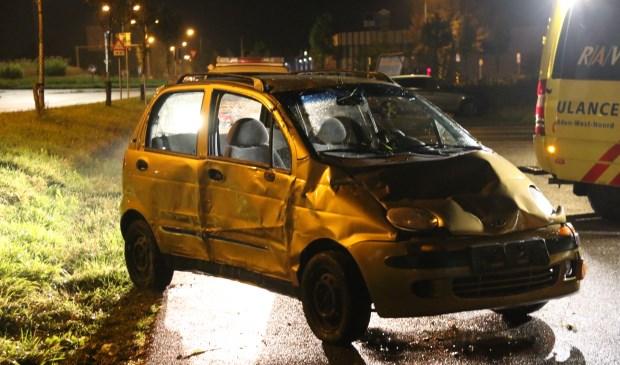 De zwaar beschadigde auto staat weer op z'n wielen. Foto: SK-Media