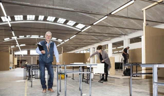 Jos Weerepas in De Vrije Markt-hal waar standhouders hun kraam al aan het inrichten zijn. Foto: Diana Derks