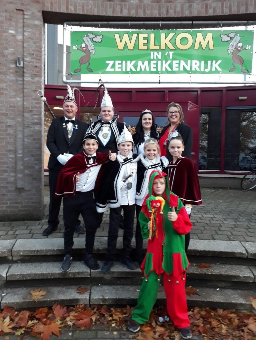 Prins Kevin van den Berg I en Prinses Chanel Rutten met adjudant Roel Nabuurs en page Lisa Gyzen van de Zeikmeiken, Sint Anthonis.   © Kliknieuws De Maas Driehoek