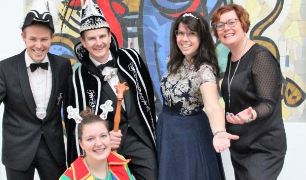 Prins Han d'n urste, prinses Annemieke, adjudant Bram Geurts, hofdame Yvonne Cuppen en narrin Emmy Vermeulen van 't Bokkenriek, Sint Hubert.