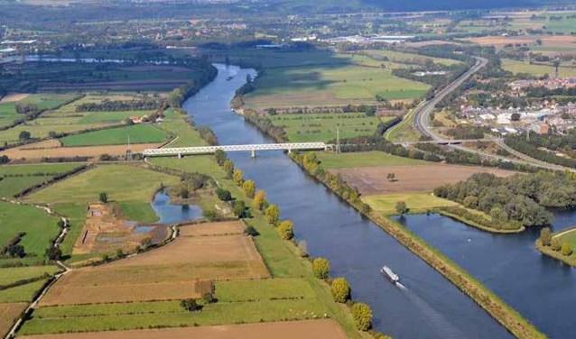 Een luchtfoto van de Maasbrug in Oeffelt. De maatregelen zouden links getroffen moeten worden. Foto: Beeldbank Rijkswaterstaat
