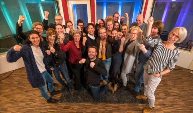 Het team van De Vlasgaard met Pieter van Schooten op de knieën ervoor