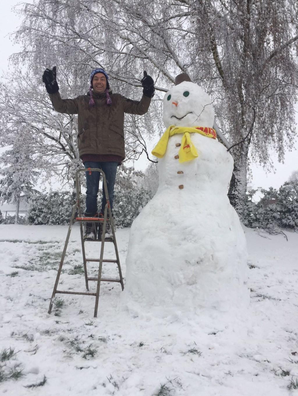 Micha Verbeeten maakte met Malou, Abel en Juliët een grote sneeuwpop Foto: Micha Verbeeten © Kliknieuws Uden