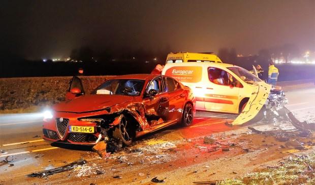 Van de twee auto's die bij het ongeval betrokken waren bleven louter wrakken over. Foto: SK-Media