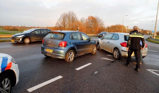 De twee met elkaar in botsing gekomen auto's blokkeren de weg. Foto: SK-Media