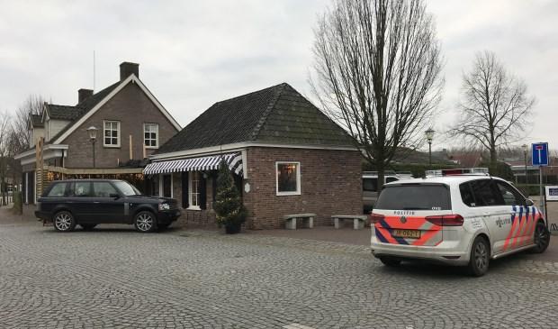 De politie bij de bakkerswinkel aan de Lepelstraat in Sint Anthonis. Foto: SK-Media